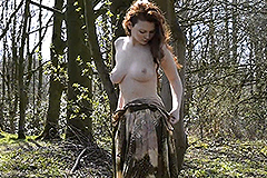 Kelsey naakt in het bos